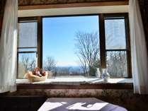 本館2号室 洋室(2名)朝食・夕食共にお部屋食。天気がいい日には海が見えるかも?
