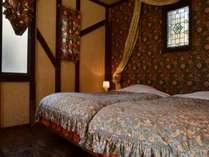 別館アンティーク5号室 洋室(2名)ツインサイズベッドで夜はのんびり本を読みながら