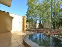 別館アンティーク7号室 露天風呂 竹林があり木漏れ日からの風が気持ちいいです。