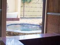 6号室 客室風呂から見た露天風呂