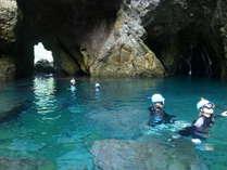 秘境の地「青の洞窟」ここをシュノーケリングしながら探検します!