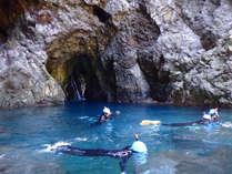 洞窟のトンネルを抜けたら別世界☆この青い海の中シュノーケリングをします♪