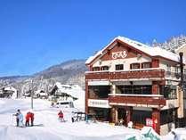 野沢温泉スキー場内のロッジでんべえ。玄関を一歩踏み出せばもう雪の上。