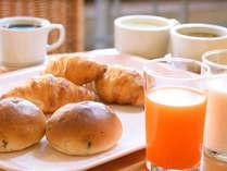 【軽朝食のご案内】焼きたてパンやドリンク等の軽食をご用意しております。7時~9時まで(3Fロビー)