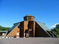 平原に建つモダンな施設