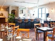リストランテ「ラ・スピアッジャ」。オープンキッチンから臨場感溢れる美味しさをお届けします。