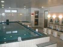 大浴場はジャグジーバス。天然石で濾過した清潔なお湯でゆったりと…