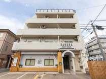 外観 サクラゲストハウスは京都市下京区に位置し、サムライ剣舞シアターから1.3kmです。