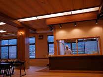 会場食プランで利用する宴会場のライブキッチン。揚げたての揚げ物を提供