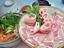 メインの黒豚のしゃぶしゃぶ。たっぷりの地元野菜と一緒にお召し上がりいただきます。