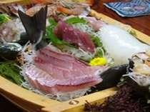 このお写真の船盛りは3~4名様用です。いけすからのすくいたてのお魚が盛りだくさんです!