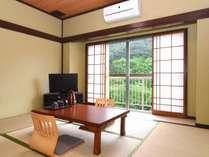 和室6畳 2名様でご利用いただけます。窓からは山々の緑が広がります