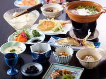 名水ごろごろ水使用の豆腐で作る湯豆腐会席。歩いて2分の地元豆腐屋山口屋さんから出来立てを仕入