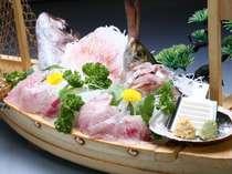 地魚をたっぷり使った舟盛り