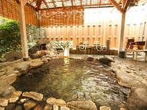 *広々とした天然温泉かけ流しの貸切露天風呂。