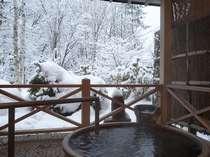貸切露天「ゆらぎ」の露天。雪見露天を楽しむ