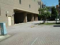 ホテル敷地内に平面駐車場を完備