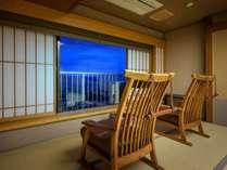 【最上階7階客室 和室10畳】寛ぎの和室は季節の花と畳の優しい香りが…。座り心地のよい椅子でリラックス。
