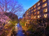 """【外観】榊原川沿いに佇む""""旅館 清少納言""""四季の移ろいをお楽しみください♪"""