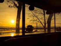ゆったりと流れる十勝川に映える夕景(ラウンジより望む)