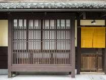 格子窓が特徴のやまぶき庵外観。駅から徒歩3分、周辺は静かで落ち着いた環境です。