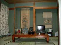 欄間付の8畳と6畳の広いゆったりした和室。ご家族・親しいグループに好評。