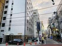 新宿駅東口より徒歩8分。大江戸線東新宿駅から東京ドームへのアクセスにも便利。