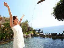 【女湯】 ん~気持ちいい☆高さ25m!海と空の真ん中で、目を閉じて思いっきり深呼吸。