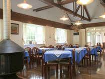 高い天井と暖炉が目を引く開放的なレストラン。