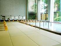 【大浴場(畳風呂)】安全性と快適性を高めるため、床面は畳敷きになっております。
