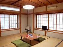 和室10畳。窓を開けると、白馬三山が望めます。