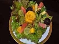 レディースプラン。モーニングサラダ、季節の野菜&フルーツの盛り合わせ。