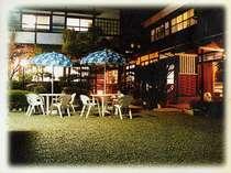 梅田荘の夜のガーデン