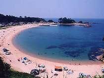当館より徒歩1分の竹野浜は、弧を描く美しい入り江のビーチです