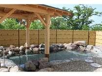 当館自慢の露天風呂です。季節によって表情を変える大自然の中で湯あみをどうぞ♪