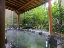 【2階大浴場露天風呂】屋根付で雨が降っても安心♪季節の花の香りで更に極上リラックス!