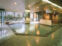 【1階大浴場:アングル2】湯上り処にはマッサージ機と冷水完備だから温泉をゆったり楽しめます♪