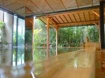 【2階大浴場:アングル1】湯船すべてが化粧水のような美肌温泉を総檜風呂で♪