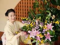 """館内を彩る花々と笑顔でお迎えするのが""""白石家""""流。パブリックスペースにはエミールガレの作品も★"""