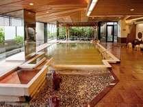 【2階大浴場:アングル2】湯船の底まで全て古代桧風呂は玉造温泉で白石家だけ!