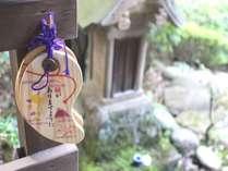 【1階ロビー庭園:縁結びスポット】玉作湯神社の分身「地主さん」お気軽にお手を合わせてください。