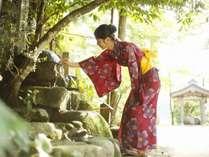 【玉作湯神社:願い石】信仰を集めている御神石。触って祈れば願いが叶うと言われている。