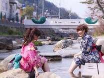 【川辺の足湯】川辺に腰かけてピクニック気分で足湯を楽しめるスポット!時々熱めになる事もw