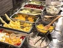 【和洋朝食バイキング】サラダやフルーツも鮮度を保ってご準備致します。