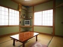 8畳(左)の角部屋です。他に2間続きに変更できるお部屋もございます。8畳のお部屋の一例です。