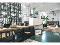 1階にはホテルフロントと有名珈琲店「MORIHICO.」の焙煎したてのコーヒー豆を開放感溢れる空間で提供。