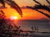 10月中旬から3月中旬までの晴れた日は当館の目の前から綺麗な朝日がご覧頂けます。