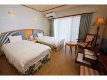 【本館】木目調の床と拘りの家具は、安らぎの空間を演出!