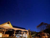 本館と秋の星空。