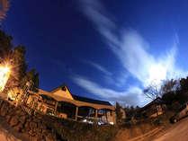 流れる雲と星空
